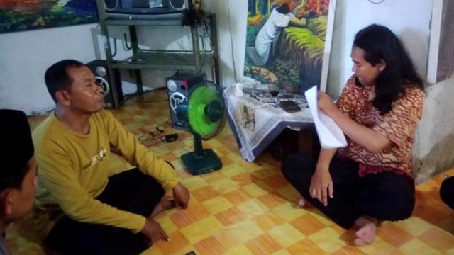 Kepala Dusun Karet Iswanto, Slamet, membahas soal aturan warga non-muslim tinggal