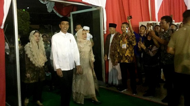 Jokowi tiba di Gor Pandawa Sukoharjo, Jawa Tengah untuk mengikuti peringatan Isra Miraj