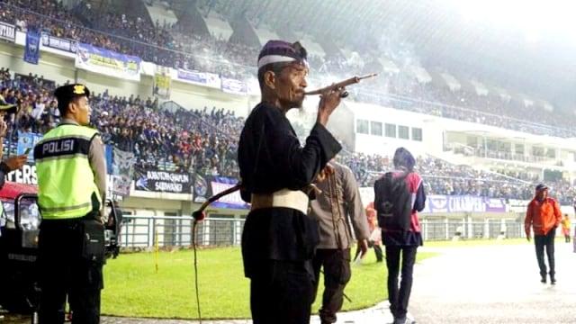 KONTEN SPESIAL PAWANG HUJAN, Abah Ipin, Persib Bandung