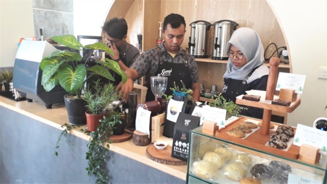 Barista Sunyi House of Coffee and Hope