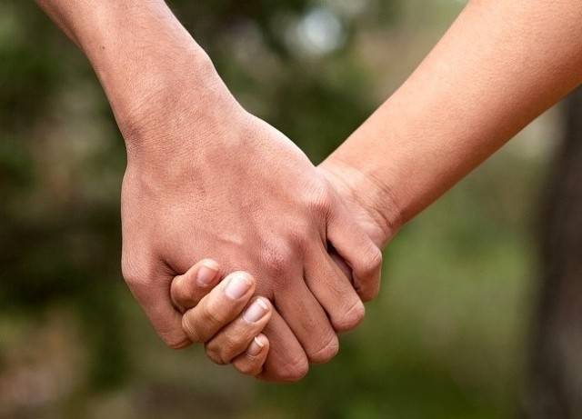 Ada Arti Dari Caramu Berpegangan Tangan Dengan Pasanganmu Babes Di Bawah Ini Penjelasannya Kumparan Com