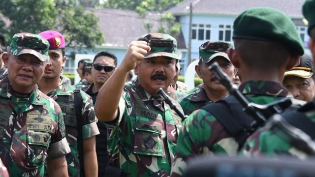 Panglima TNI, Marsekal TNI Hadi Tjahjanto saat mengecek kesiapan personel maupun Alutsista untuk pengamanan Pemilu Pilpres dan Pilleg tahun 2019 di wilayah Jawa Tengah