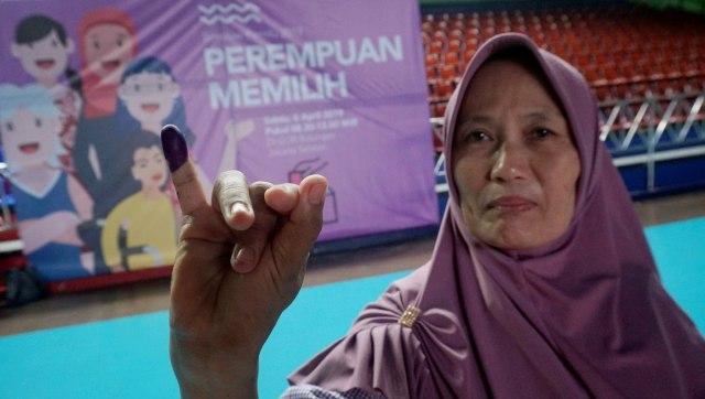 perempuan, pelatihan tata cara pencoblosan, Tempat Pemungutan Suara (TPS) di GOR Bulungan, Jakarta