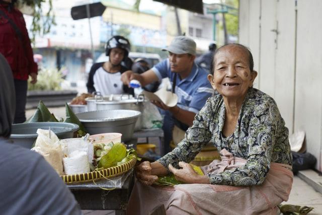 Mbah Lindu, penjaja street food dari Yogyakarta.