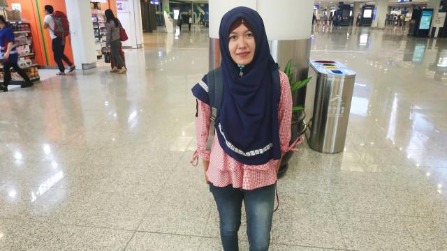 Santi (29 tahun), baru tiba di Bandara Internasional Hong Kong untuk menjadi TKI di Hong Kong
