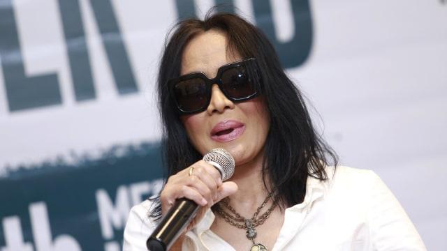 Penyanyi Atiek CB saat Konferensi Pers