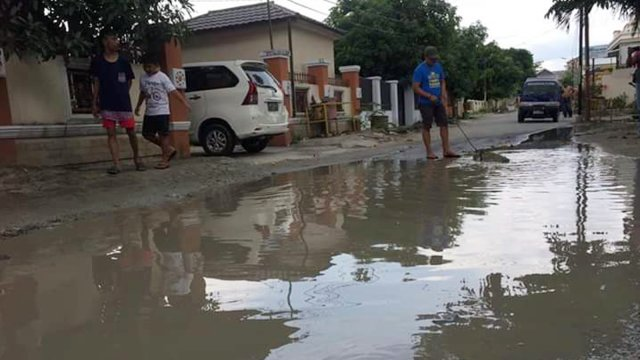 Tak Kunjung Diperbaiki, Warga Lepas Buaya di Jalan Berlubang (1491)