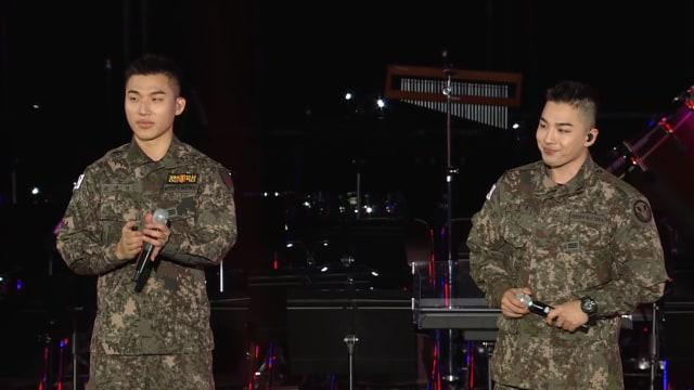 Taeyang dan Daesung manggung dengan seragam militer