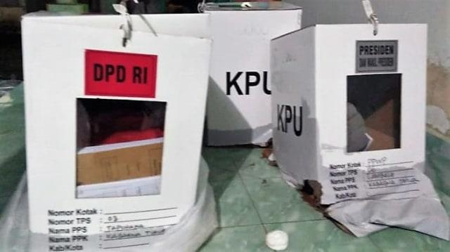 Diangkut Mobil Bak Terbuka, 3 Kotak Suara di Bombana Rusak Kena Hujan (739616)