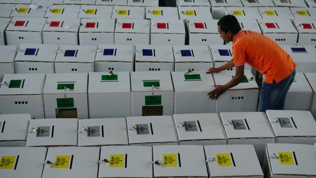 Komisi Independen Pemilihan (KIP) kota Banda Aceh, merapihkan kotak surat suara Pemilu 2019