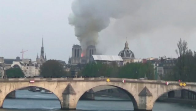 Katedral Notre Dame di Paris Terbakar (211293)