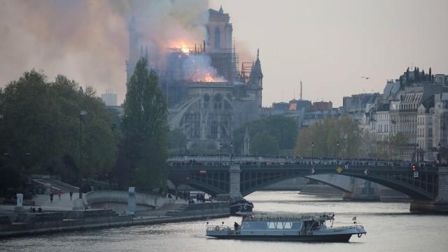 Foto: Api Melahap Katedral Notre Dame, Paris (200625)