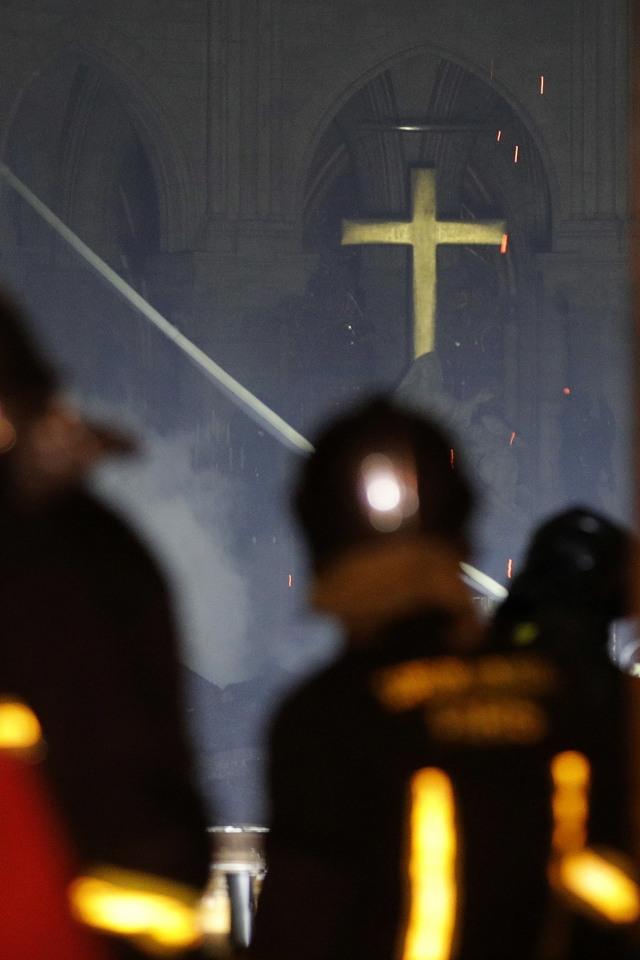 Foto: Api Melahap Katedral Notre Dame, Paris (200615)