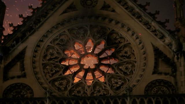 Foto: Api Melahap Katedral Notre Dame, Paris (200614)