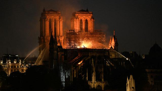 Foto: Api Melahap Katedral Notre Dame, Paris (200610)
