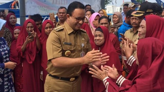 Kunjungan Gubernur DKI Anies Baswedan mengecek TPS di Pulau Sabira, Kepulauan Seribu