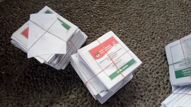 KPU Denpasar memusnahkan 572 lembar surat suara yang rusak dan lebih.
