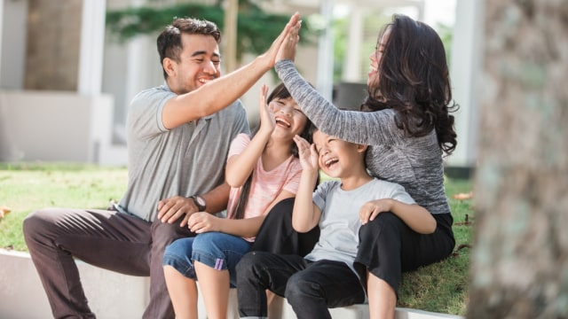 Ilustrasi keluarga muda dengan dua anak