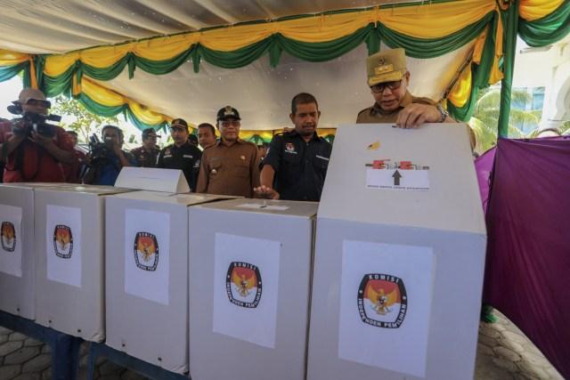Foto: Para Pejabat Aceh Pantau Kesiapan TPS  (117195)