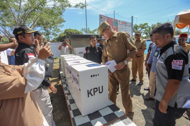 Foto: Para Pejabat Aceh Pantau Kesiapan TPS  (117198)