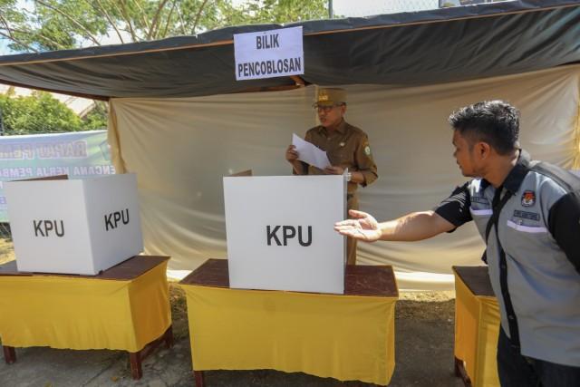 Foto: Para Pejabat Aceh Pantau Kesiapan TPS  (117199)