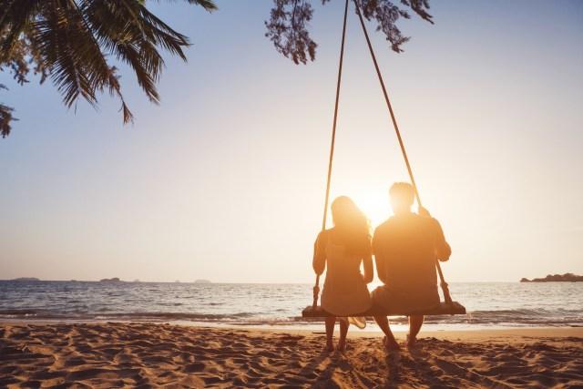 Ilustrasi Berlibur ke Pantai Bersama Pasangan