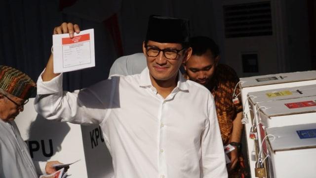 Cawapres nomor urut 02, Sandiaga Uno menunjukkan surat suara