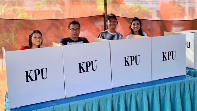Anang Hermansyah dan keluarga saat memilih di TPS.