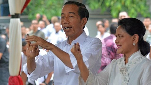 Calon presiden petahana Joko Widodo, istrinya Iriana Widodo mencoblos di TPS 008, Gambir, Jakarta