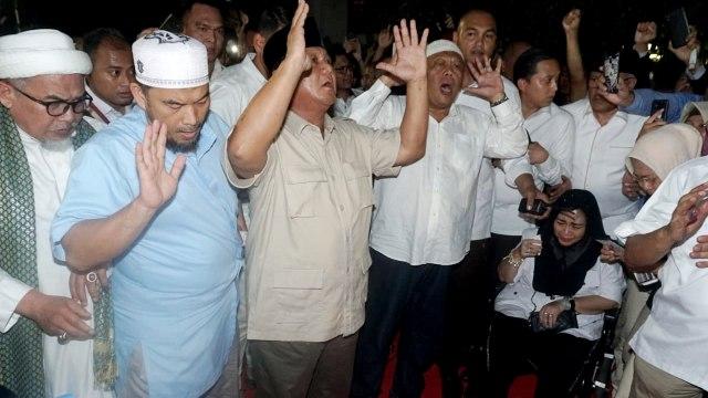 Foto: Sujud Syukur Prabowo Subianto yang Yakin Menangi Pilpres 2019 (125865)