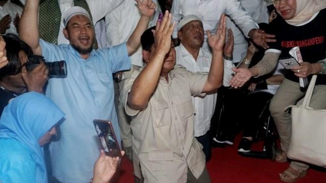 Foto: Sujud Syukur Prabowo Subianto yang Yakin Menangi Pilpres 2019 (125864)
