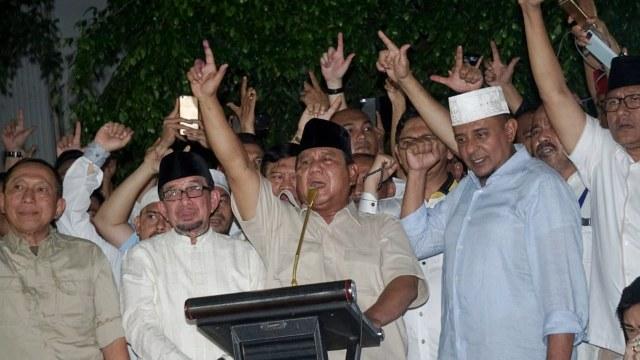 Foto: Sujud Syukur Prabowo Subianto yang Yakin Menangi Pilpres 2019 (125858)