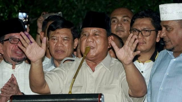 Foto: Sujud Syukur Prabowo Subianto yang Yakin Menangi Pilpres 2019 (125859)