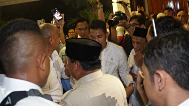Foto: Sujud Syukur Prabowo Subianto yang Yakin Menangi Pilpres 2019 (125867)
