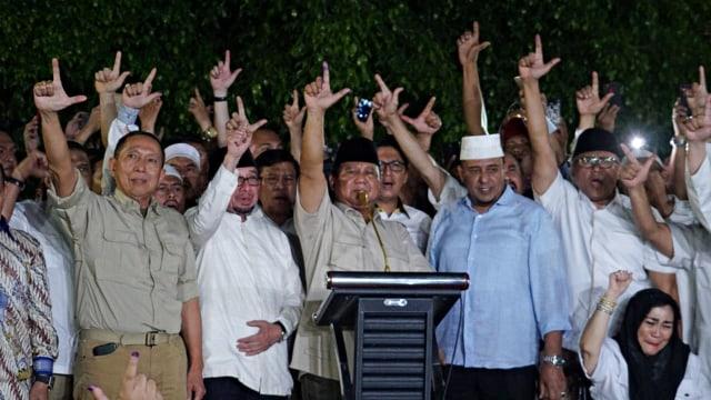 Foto: Sujud Syukur Prabowo Subianto yang Yakin Menangi Pilpres 2019 (125855)