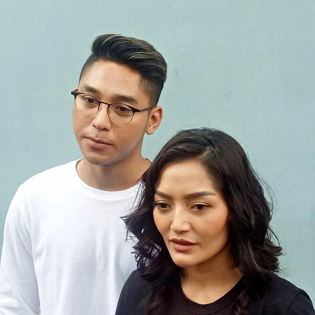 Siti Badriah dan kekasihnya, Krisjiana (NOT COVER)