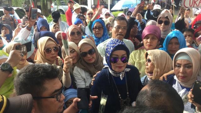 Emak-emak Pro Prabowo Demo di Depan KPU, Desak Bekerja Jujur (375712)
