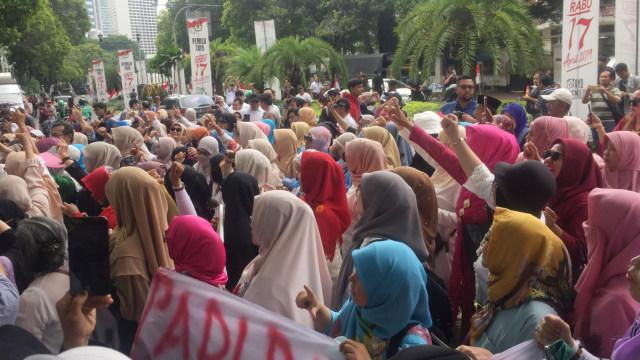 Emak-emak Pro Prabowo Demo di Depan KPU, Desak Bekerja Jujur (375713)