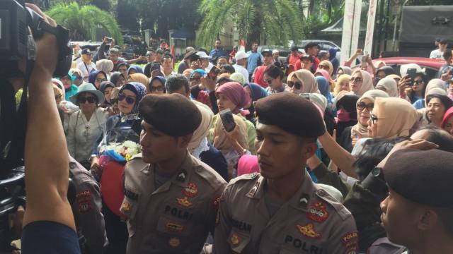 Emak-emak Pro Prabowo Demo di Depan KPU, Desak Bekerja Jujur (375715)