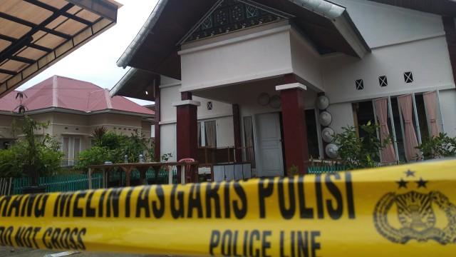 Aula Kecamatan XI Tarusan yang berisikan kotak suara Pemilu 2019 terbakar.jpg