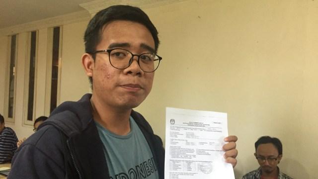 Ketua APHP, Alphatio, menunjukkan form A5 dari sejumlah mahasiswa