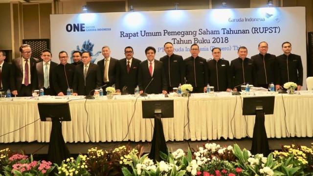 Jajaran manajemen baru Garuda Indonesia berfoto usai RUPS