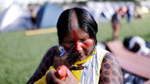 warga dari suku di Brasil protes, di depan gedung pemerintahan