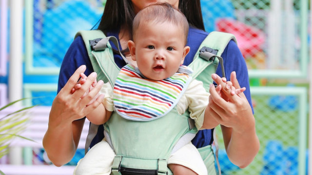 Ilustrasi gendongan bayi
