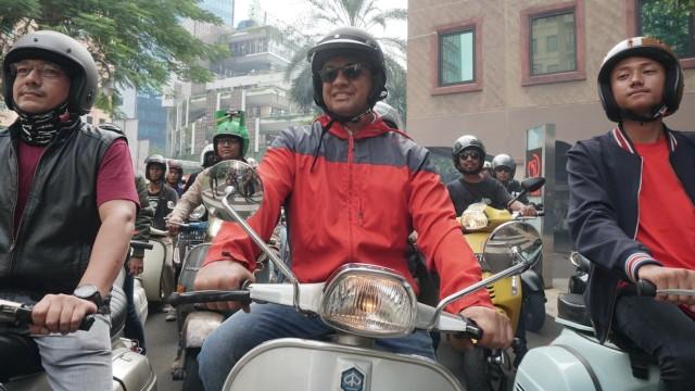 Gubernur DKI Jakarta, Anies Baswedan konvoi bersama pecinta Vespa