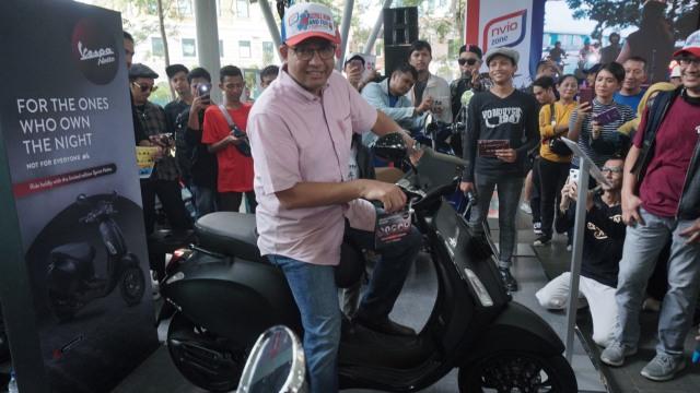 Gubernur DKI Jakarta, Anies Baswedan melihat vespa raksasa di Green Park