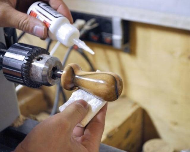 lem kayu putih pada kenop kayu