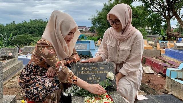 Jelang Ramadhan, Ayu Ting Ting Ziarah ke Makam Adik Lelakinya (4158)