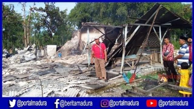 Warga melihat kondisi gudang olah ikan di Sampang yang hangus terbakar.jpg