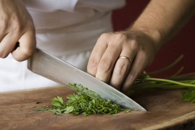 Mempertajam Pisau Dapur, Ikuti Teknik yang Dilakukan Para Juru Masak Ini! (78045)